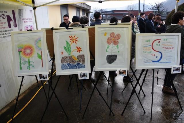 삼평리 마을회관 마당에 전시된 할매들의 그림 작품, 이 그림 그리기를 통해 할매들의 송전탑 트라우마가 많이 치료됐다. ⓒ 정수근
