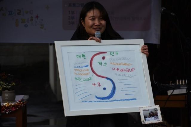 대책위 활동가 뚤린 씨가 할매들의 그림 작품에 대해서 설명해주고 있다.ⓒ 정수근