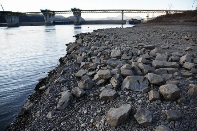 합천보 수문을 열자 강물이 빠지면서 달성보 아래 하상이 드러났다. 강 바닥에 모래 대신 사석이 가득하다. ⓒ 대구환경연합 정수근