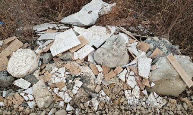 건설자재로 사용하고 남은 타일과 시멘트도 강변에 버렸다.ⓒ 김종술