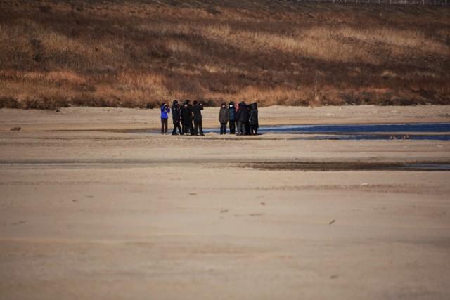 낙동강 네트워크 소속 단체 회원들이 낙동강으로 걸어 들어가, 되돌아 온 모래톱 위를 밟아보고 있다. ⓒ 대구환경연합 정수근