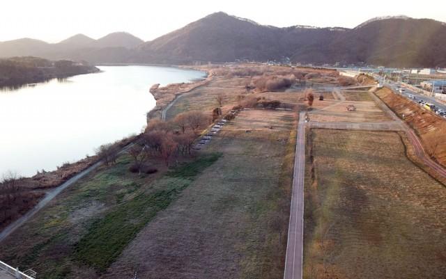 4대강 사업으로 만들어진 산책로와 자전거도로 등 시설물이 사이에 작품들이 전시되어 있다. ⓒ 김종술