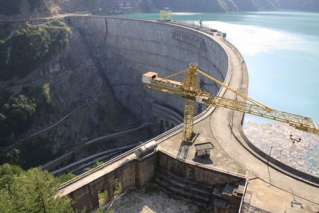 앵구리댐 앵구리강 중하류(하구로부터 약 60km 지점)에 위치한 높이 271.5m(세계에서 네 번째로 높은 아치형 댐), 넓이 650m, 저수용량 11억㎥ 규모의 댐으로서 유역을 변경해 하류 4개의 댐으로 물을 보내 발전한다. 발전용량 1,300MWh로서 조지아 전체 에너지 생산의 40%를 차지하고 있다.ⓒ 이철재