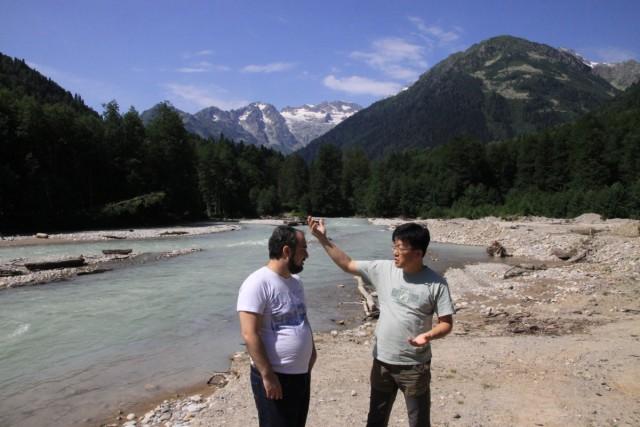 조지아 현지 댐 반대 운동가 조지아 그린 얼터너티브의 다토(좌) 국제금융·정책 코디네이터가 환경운동연합 조사팀 지찬혁 위원(우)과 넨스크라댐 예정지에서 의견을 나누고 있다ⓒ 이철재