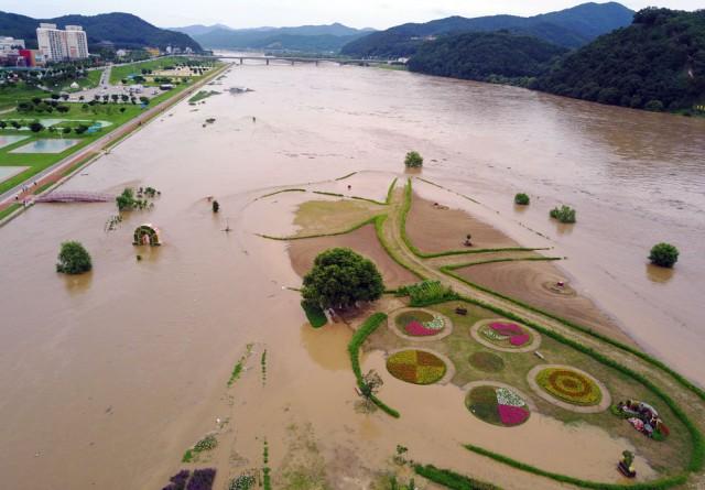 지난여름 홍수가 발생하면서 유네스코 공산성이 바라다보이는 둔치에 조성한 수변공원이 침수되고 있다. ⓒ 김종술