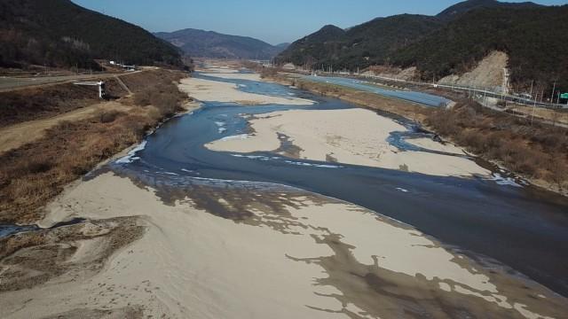 낙동강 수위가 내려가자 회천의 수위도 동반 하강하면서 회천이 흐르고 있다. ⓒ 대구환경운동연합 정수근