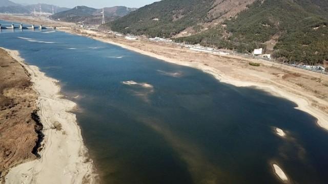 합천창녕보의 영향을 받는 달성보 직하류 곳곳에 허연 모래톱이 돌아왔다. 4대강 재자연화의 희망이 보인다.ⓒ 대구환경연합 정수근