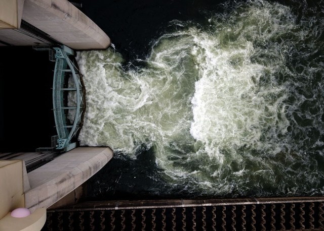 공주보 수력발전소 쪽 가동보가 올라가면서 상류에 갇혔던 강물이 쏟아져 내리고 있다.ⓒ 김종술