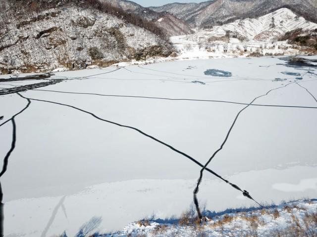 충남 공주에서 부여로 향하는 백제큰길 얼음이 단단하게 얼어붙으면서 갈라지고 있다.ⓒ김종술