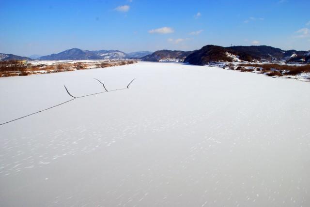 충남 부여군 저석리 상류 강물도 통째로 얼어있다.ⓒ김종술