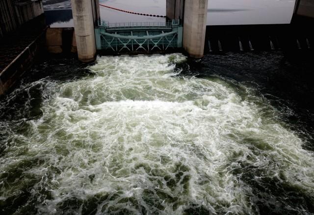 공주보 가동보를 통해 쏟아지는 강물은 하얀 물거품을 일으키며 녹색 물이 쏟아지고 있다.ⓒ김종술