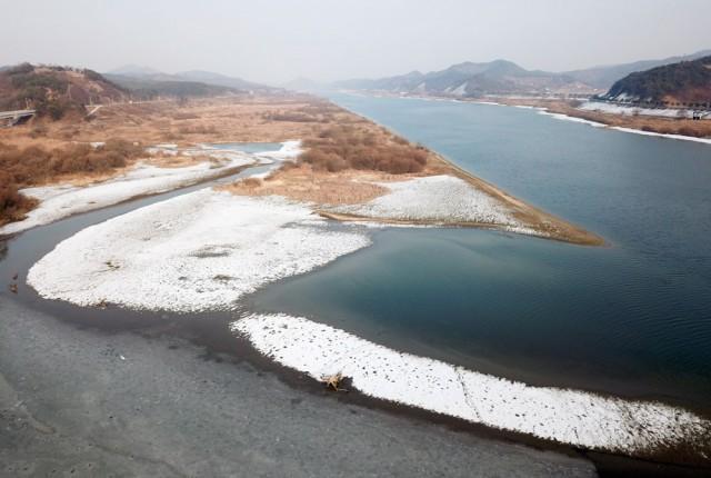 충남 청양군 목면 치성천에서 흘러드는 금강 합수부에도 섬들이 생겨나고 있다. 고운 모래톱과 질퍽거리는 펄밭이 공존하고 있다.ⓒ김종술기자