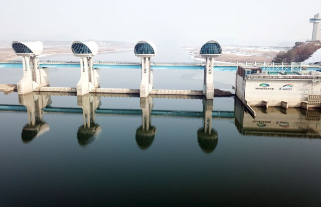 지난 11월 수문개방 후 1.5m가량 수위를 낮추던 백제보의 수문이 닫아서 물을 가두고 있다.ⓒ김종술