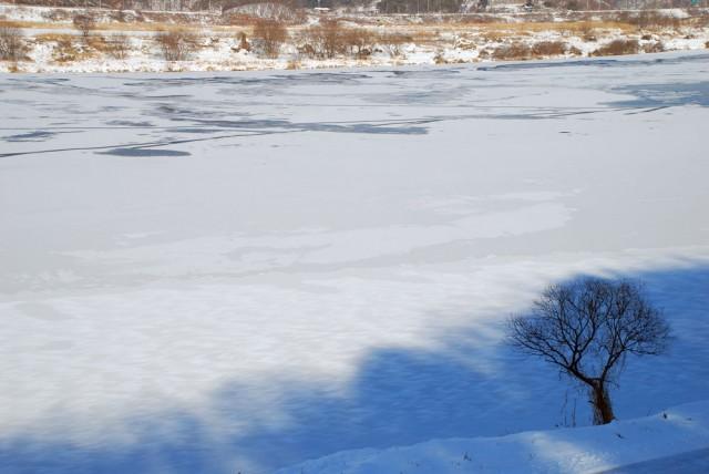 충남 공주시 탄천면 강물도 하얀 눈에 덮여 얼어붙었다.ⓒ김종술