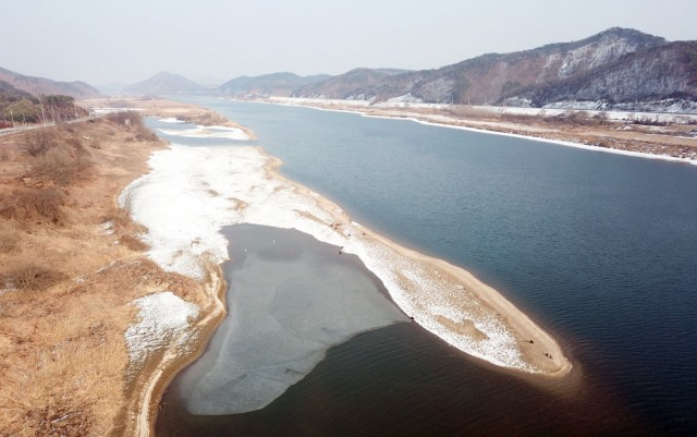 충남 청양군 목면 신흥리 강변에도 아름다운 모래톱이 드러났다.ⓒ김종술기자