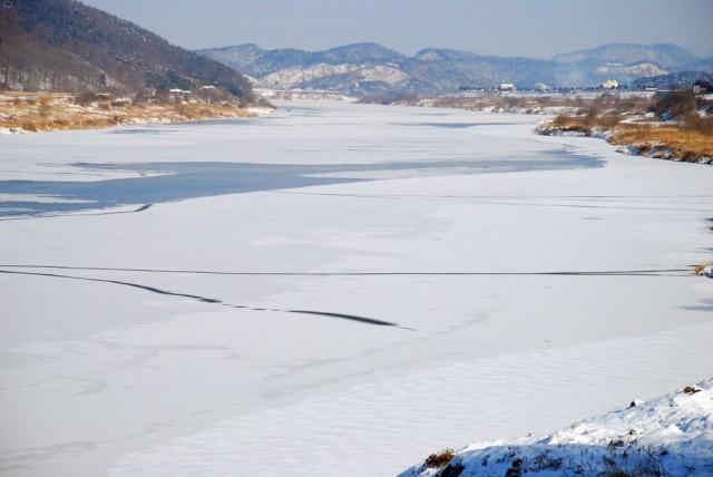 충남 공주에서 부여로 향하는 백제큰길 강물도 통째로 얼어붙었다.ⓒ김종술