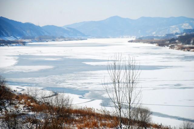 충남 공주시 이인면 만수리 인근 강물도 통째로 얼어붙었다.ⓒ김종술