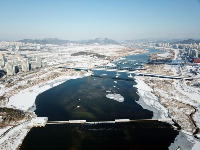 1.8m가량 수위가 낮아진 세종보 상류는 강물이 유유히 흐르고 있다.ⓒ김종술