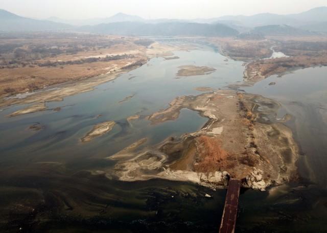 금강과 미호천이 만나는 합강리에도 크고 작은 모래섬들이 만들어지고 있다. 4대강 사업 당시 설치한 차량 도로인 가교가 철거되지 않고 있다.ⓒ김종술기자