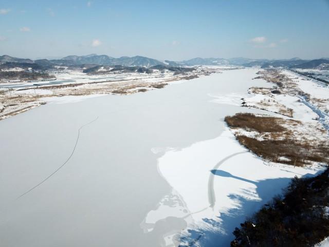 백제보 상류가 통째로 얼어서 하얀 눈에 덮여있다.ⓒ 김종술