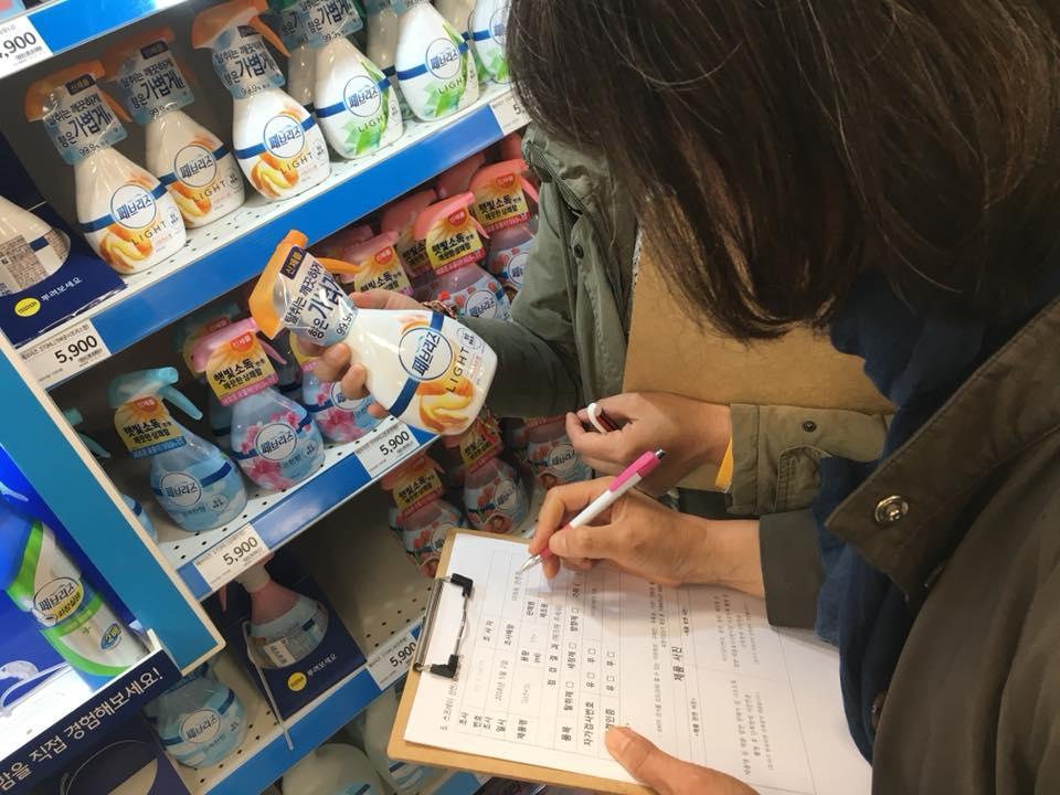 지난 25일 환경연합 회원들이 롯데호텔 앞에서 '왕후의 식탁 야만의 식탐' 특급호텔 샥스핀 판매중단 촉구 캠페인을 펼치고 있다.ⓒ환경운동연합