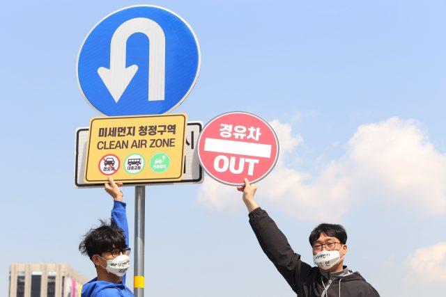 51ec965ac6d 4월 11일 오전 환경운동연합 회원들은 서울 세종대로 주변에서 경유차 퇴출과 친환경 대중교통 활성화를 촉구하는 '미세먼지 줄이기 행동  캠페인'을 진행했다.