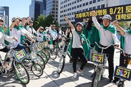 [기후위기 비상행동] 청계천에 나타난 자전거 탄 초록 슈퍼맨~!