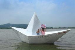 [사진 보도자료] 동강댐 백지화 20주년 기념, 한강에 뜬 대형 '손 편지 종이배'
