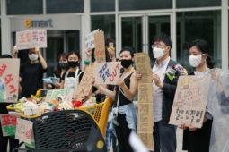 [기자회견]이마트 · 롯데마트 · 홈플러스  유통업체 3사는 '포장 제품의 재포장 금지 제도'를 즉각 시행하라