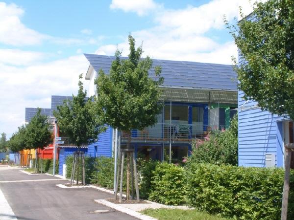 ▲ 집에서 쓰는 모든 에너지보다 태양광 발전 지붕으로 만드는 전기가 많은 잉여에너지 연립주택단지