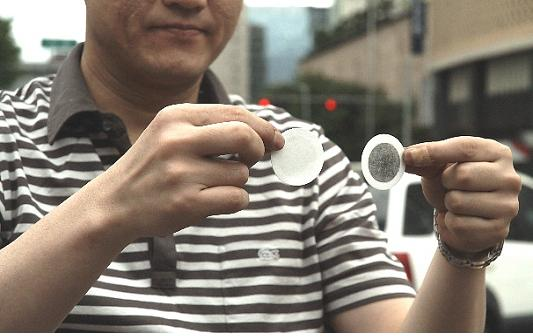 ▲ 배기가스 테스트 뒤 삽입된 필터를 꺼내 보이고 있다.  ⓒ 환경연합 박종학