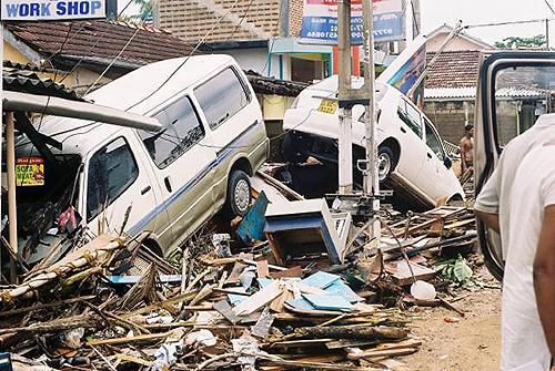 ▲ 재난이 지나간 아체 지역의 모습. 재건이 시급함에도 불구하고 인도네시아 정부의 재건 정책에는 인도네시아의 빈곤층 50% 이상인 여성들의 필요사항이 무시되고 있다.