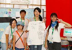 ▲2005 아이치박람회 한중일 공동 부스에서 자원봉사자들과 함께(왼쪽에서 세번째)
