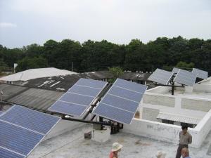 ▲ 지붕에 설치된 태양 추적형 태양광 발전기. 학교에 필요한 전기를 공급한다.